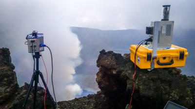 UV-camera (left) and the DOAS instrument overlooking the Nyiragongo crater